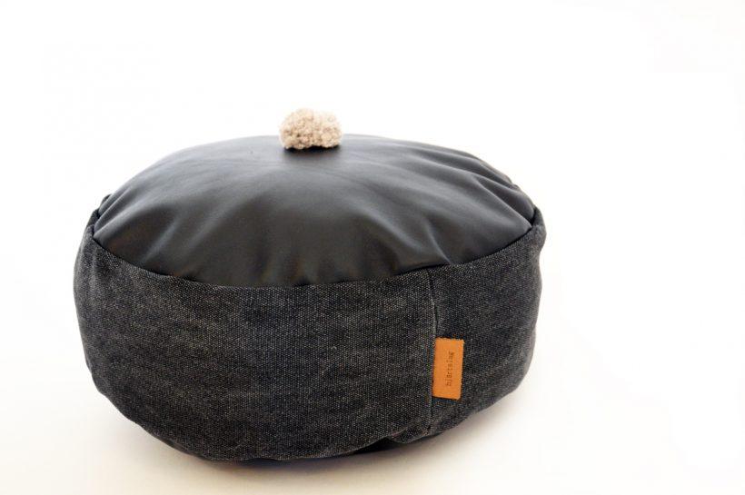 kissen aus leder mit pompom in schwarz hjartslag home textiles. Black Bedroom Furniture Sets. Home Design Ideas